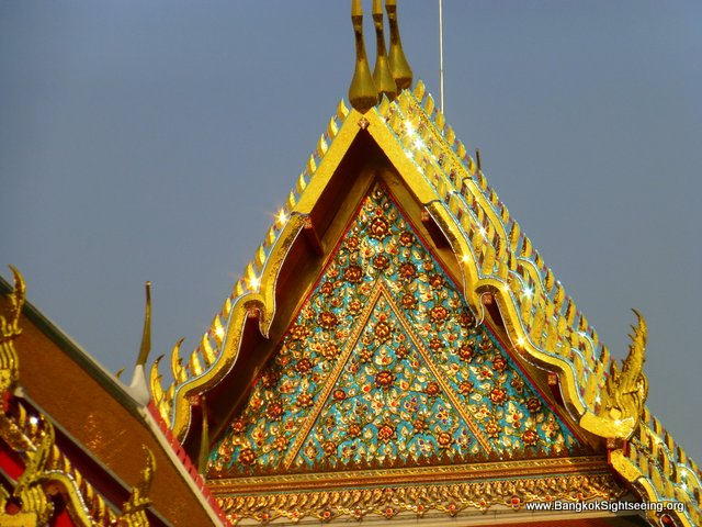 colorful shining roofs at wat po temple