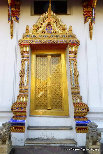 abundantly decorated door in the Wat Po temple